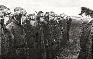 Смирнов Б.А. среди летчиков - справа