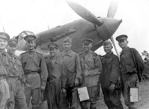 В. И. Козловский  ( четвёртый слева )  с товарищами по 810-му ШАП.  2-й Прибалтийский фронт