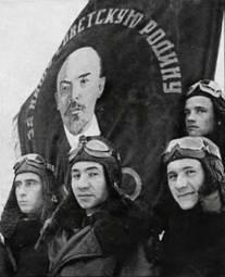Летчики полка у Гвардейского знамени
