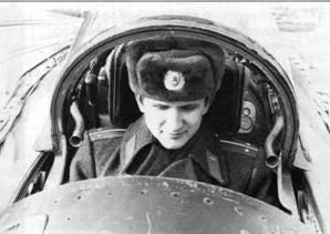 Командир 1-го гв. иап гв. полковник A.M. Мижарев начинал с лейтенанта на Су-7Б в Группе Советских войск в Германии